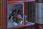 Разбиение стекла булыжником.