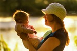 Ребенок с мамой на природе