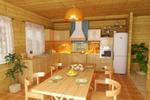 Кухня в деревянном коттедже и вид сверху