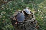 Деревянные очки с деревянными петлями.