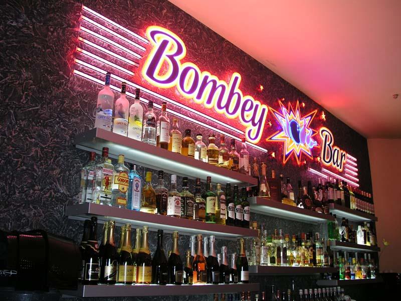 Оформление стены в баре