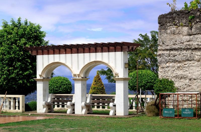 Арка в парке города Аллегрия, Филиппины