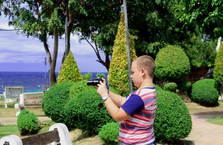 Мальчик с камерой в парке