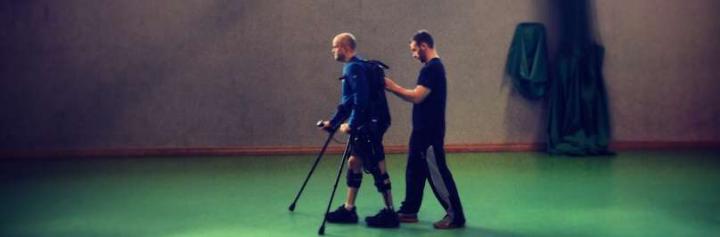 Полностью парализованный мужчина пошел в экзоскелете