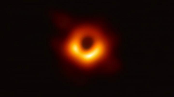 Первая фотография черной дыры. Что за ней стоит?