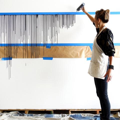 Девушка наклеила на стену скотч и облила краской. Результат прев