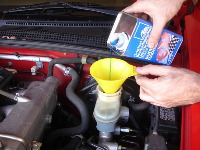 Нужно ли менять тормозную жидкость в автомобиле?