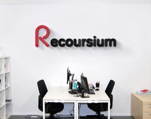 Название и логотип маркетингового агентства Recoursium